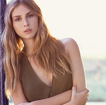 Hermione Corfield Age, Birthday, Height, Net Worth, Family, Salary