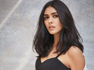 Mrunal Thakur age, Birthday, Height, Net Worth, Family, Salary