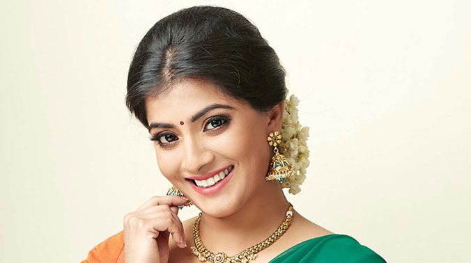 Varalaxmi Sarathkumar age, Birthday, Height, Net Worth, Family, Salary